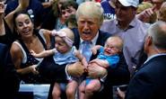 Bị làm phiền, ông Trump tống cổ em bé khỏi buổi diễn thuyết