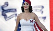 Katy Perry khỏa thân ủng hộ bà Hillary Clinton