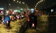 Mưa dồn, triều cường dập, hàng ngàn xe TP HCM khóc ròng