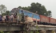 Tàu hỏa kéo lê xe tải 50 m nằm vắt ngang trên cầu