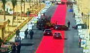 """Tổng thống Ai Cập bị chỉ trích vì """"4 km thảm đỏ lót đường"""