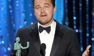 Leonardo DiCaprio đã chạm một tay vào tượng Oscar