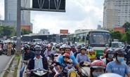 TP HCM: Đường Điện Biên Phủ ùn ứ nghiêm trọng vì xe bồn nổ vỏ