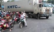 Xe container cán nát xe đạp điện, 2 nữ sinh thoát chết hy hữu