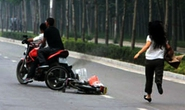 Bị cướp giật vì ngồi xe máy nghe điện thoại