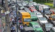 Xe tải gây họa, đường vào sân bay Tân Sơn Nhất kẹt cứng