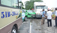 Tai nạn liên hoàn giữa 5 ô tô, nhiều hành khách thoát chết