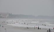 Áp thấp nhiệt đới gần bờ, du khách vẫn vô tư tắm biển