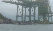3 giàn cẩu khủng Formosa bị sóng đánh trôi dạt vào Quảng Bình