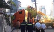 Xe container lao vào nhà dân, nhiều người tháo chạy