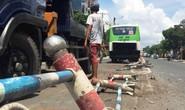 Xe buýt cày nát dải phân cách trên đường Phan Văn Trị