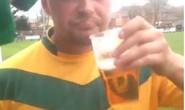 Hỏng ăn không tưởng, cầu thủ uống bia ngay trên sân