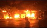Cháy lớn trong đêm thiêu rụi hàng loạt ngôi nhà, 2 ô tô
