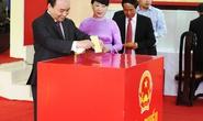Thủ tướng Nguyễn Xuân Phúc cùng phu nhân đi bầu