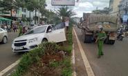 Cúp đầu xe tải, xe con bị tông bay lên dải phân cách
