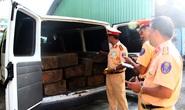 Bắt giữ xe khách ngụy trang xe cấp cứu chở đầy xe gỗ lậu