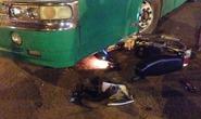 Hai cô gái thoát chết trong gang tấc dưới gầm xe buýt