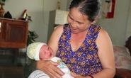 Bé sơ sinh còn dính nhau thai bị bỏ rơi bên đường