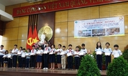 Trao 600 suất học bổng cho học sinh nghèo, hiếu học