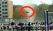 Trung Quốc: Bụi quỷ cuốn bay học sinh lên trời