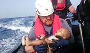 Đau lòng em bé trôi trên Địa Trung Hải