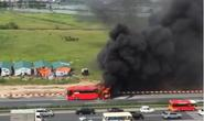 Xe chở 20 khách cháy dữ dội trên cao tốc Pháp Vân-Cầu Giẽ
