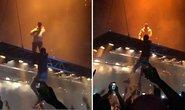 Fan cuồng cố trèo lên sân khấu bay của Kanye West