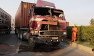 Sau tai nạn liên hoàn, tài xế lồm cồm bò ra từ buồng lái bẹp dí