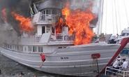 Cháy lớn tàu du lịch cao cấp, khách nhảy xuống biển Tuần Châu