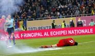 Lewandowski đau đớn nằm sân vì bị ném pháo sáng