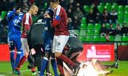 Dính pháo sáng, thủ môn Lyon đau đớn nhập viện