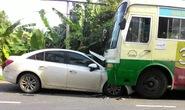 Hãi hùng xe ô tô con chui vào gầm xe buýt