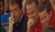 Cha con Rooney cười ngất với xe đạp chổng ngược phiên bản lỗi