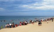Lần đầu du khách đổ xô tắm biển ở Huế sau vụ cá chết