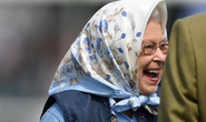 Trúng phiếu mua hàng 70 USD, nữ hoàng Anh cười hết cỡ