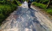 Xe tải tạo ổ voi, phá nát đường xuyên vùng U Minh Thượng