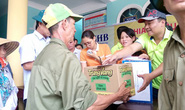 Đội nắng về cứu trợ người dân vùng lũ