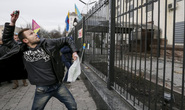 Người biểu tình Ukraine tấn công đại sứ quán Nga