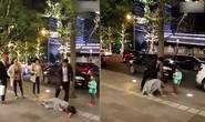 Chồng đánh vợ không thương tiếc trước mặt con ở ngoài đường