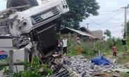 Xe tải lật úp khiến 3 người chết, 7 người bị thương