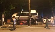 Range Rover tông sập nhà bảo vệ, cưỡi lên 2 ô tô