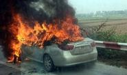 5 người tông cửa thoát khỏi xế hộp cháy dữ dội trên cao tốc