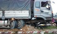 Xe tải cày nát dải phân cách cứng gần Cầu Voi
