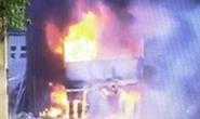 Vừa sửa xong, xe tải bị cháy rụi trong xưởng