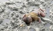 Bé trai tị nạn 16 tháng tuổi chết úp mặt xuống bùn