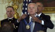 Ông Biden rơi nước mắt nhận quà bất ngờ từ TT Obama