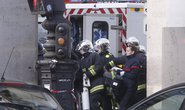Pháp: Táo tợn đâm cảnh sát gần bảo tàng Louvre