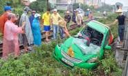 Qua đường sắt đón khách, taxi Mai Linh bị tàu hỏa tông nát