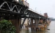 Phát hiện bom dài 2,5 m dưới gầm cầu Long Biên