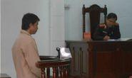 Rớt nước mắt với đứa trẻ ngóng cha ở sân tòa